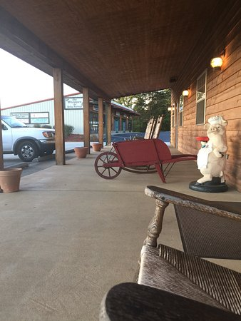 Willy's Bar-B-Que: Sit on the porch and rock