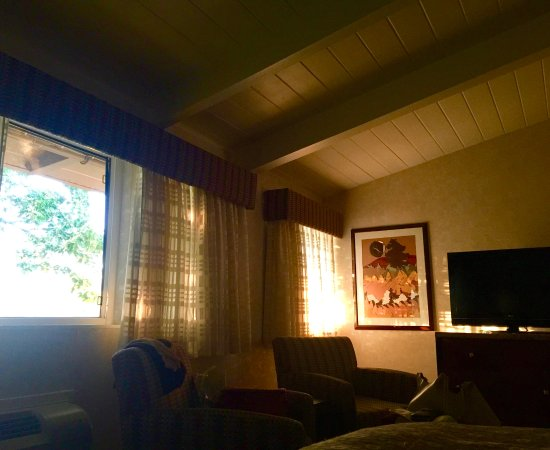 Corte Madera, CA: Pleasant sunrise in the upstairs room.