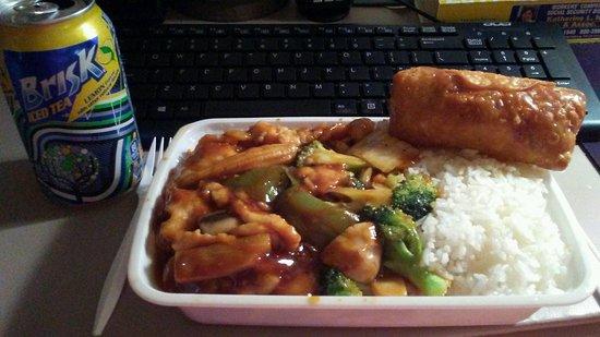 Lemoyne, PA: Yummy Chicken With Garlic Sauce With Shrimp Egg Roll!