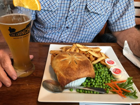 Lakefield, Kanada: Steak and mushroom pie, served with fries and peas