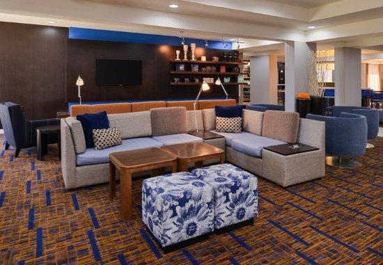 Brown Deer, WI: Lobby Seating Area