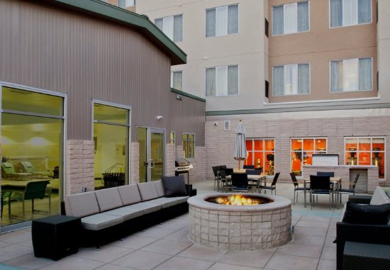 Glendale, CO: Outdoor Fire Pit & BBQ
