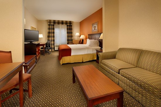 Holiday Inn Express Hotel & Suites Chambersburg: Suites are larger with a kitchenette and pullout sofa