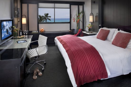 ‪‪Hotel Renew‬: Room Premier Ocean View King Red Pillows‬