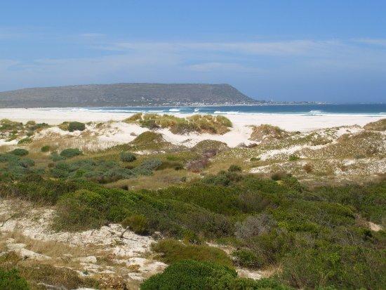 Kommetjie, Südafrika: Slangkop in the distance from Long Beach (Noordhoek)