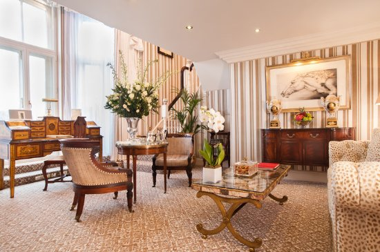 The Milestone Hotel and Residences: MSMaster Suite Kensington Garden Suite