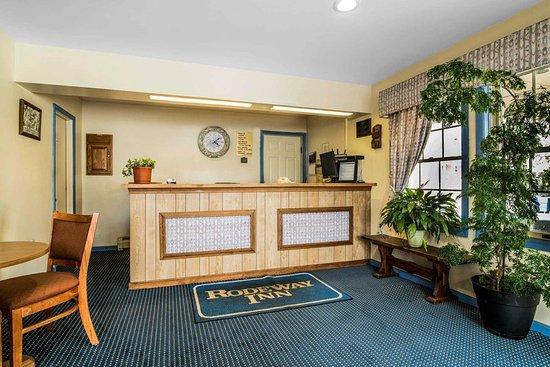Rodeway Inn Rutland: Hotel lobby