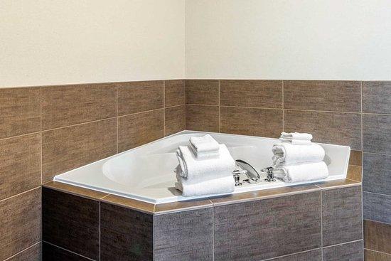 Yakima, WA: Guest room with whirlpool bathtub