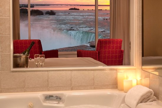 Niagara Falls Marriott Fallsview Hotel & Spa: Superior Fallsview King Room with Whirlpool