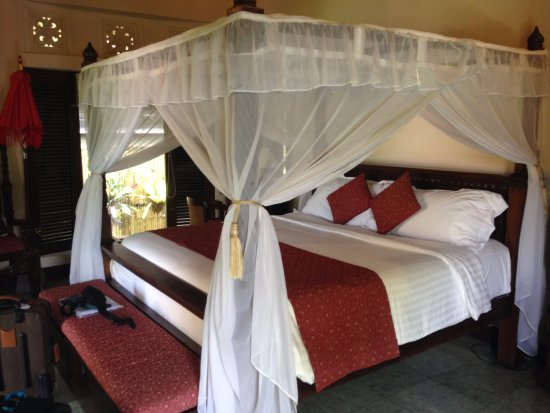 Tirta Ayu Hotel & Restaurant: Our beautiful bed