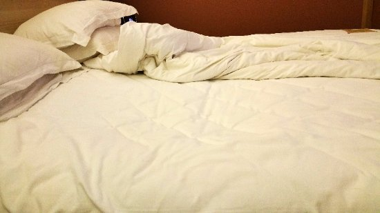 Ibis Shanghai Yu Garden: the hole on the bed after 8 hours sleep