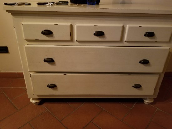 ‪‪Montegufoni‬, إيطاليا: Dresser to match attractive nightstand. Some drawers work, so yeah, be appreciative of that.‬