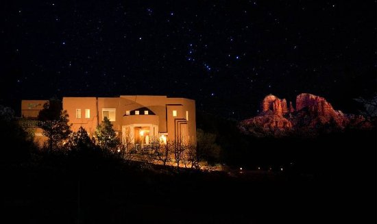 Sedona Cathedral Hideaway: A trillion stars at night and Cathedral Rock is really this close.  It is the view from the room