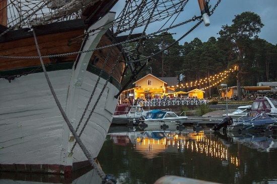 Poroholma Resort & Camping: Tall ship restaurant Puosun kellari at Poroholma, Ruormies at background