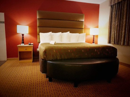 Clackamas Inn & Suites: photo1.jpg