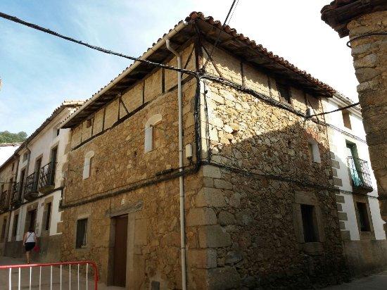 Guijo de Santa Bárbara, España: Casa típica con tendido eléctrico que empobrece la belleza de la construcción.