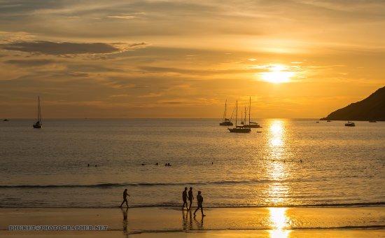 Nai Harn Beach: Закаты - это фишка пляжа! Солнце садится прямо в море