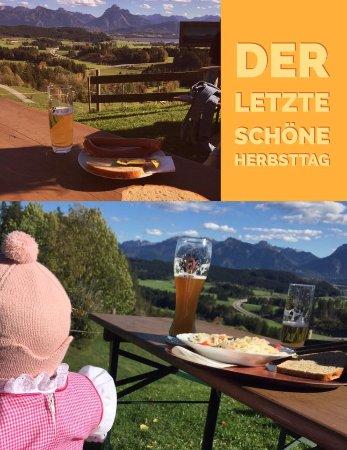 Seeg, Tyskland: Die Aussicht ist einfach herrlich, der Allgäuer Wurstsalat auch!