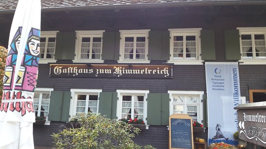 Kirchzarten, Alemania: Restaurant typique de la Fôret Noire avec sa terrasse et son décor rustique