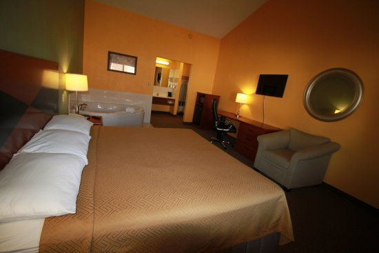 Econo Lodge Inn & Suites: Whirlpool Suite Room with Lounge Chair