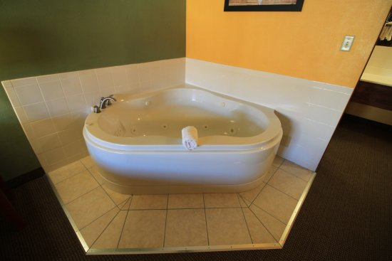 Econo Lodge Inn & Suites: Whirlpool Tub