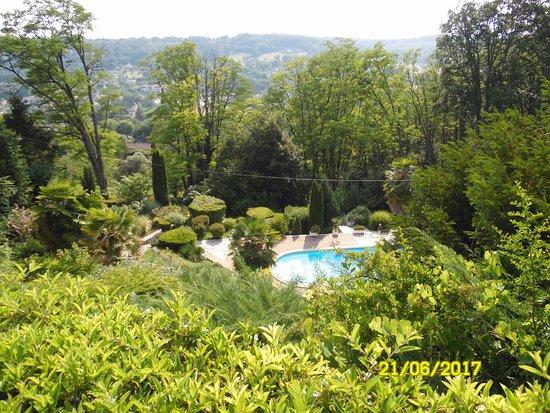 Hôtel de la Pagézie : La piscine vue de l'hôtel. En bas.... Sarlat