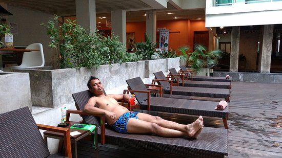 Sunshine Hotel & Residences : enjoying and taking rest at pool