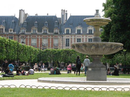 Place des vosges picture of place des vosges paris - Comptoir des cotonniers place des vosges ...