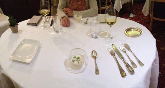 Sevrier, Frankrig: Gastronomisch dineren met zilveren bestek. Amuse van oa bloemkoolsoep
