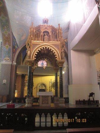 Cattedrale di Sant'Emidio : Ciborio ligneo Si nota la rete di protezione delle volte.