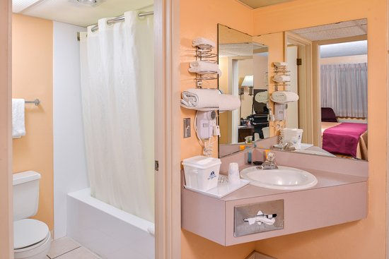 Ellsworth, Kansas: One Queen Guest Bathroom