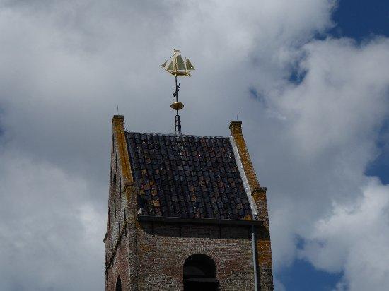 Friesland Province, The Netherlands: Das Schiff auf der Wierumer Kirche guckt über den Deich