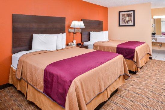 Ellsworth, Kansas: Two Queen Beds
