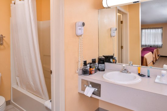 Ellsworth, Kansas: Two Queen Guest Bathroom