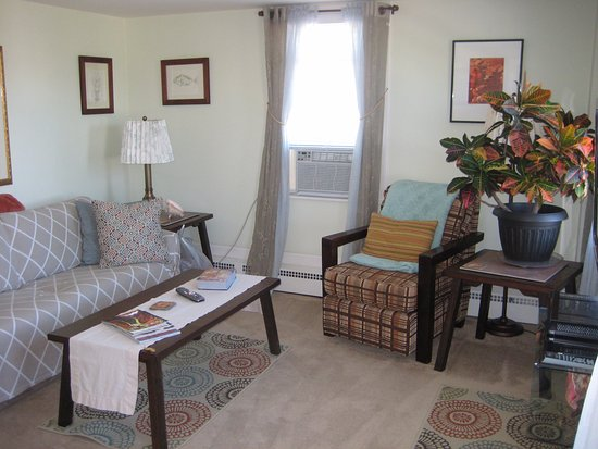 Mary's by the Sea Rockport : Living room with pull out sofa