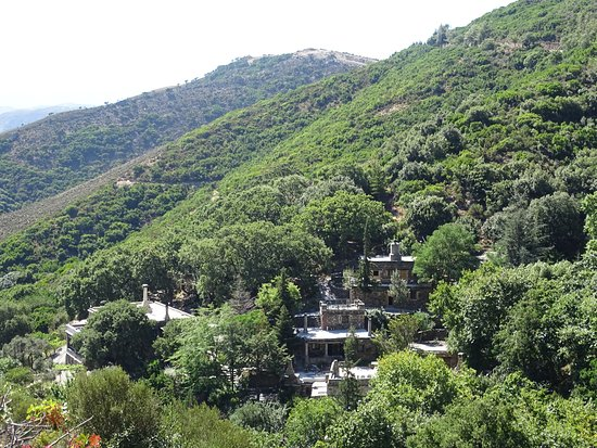 Milia Mountain Retreat: Milia vom Wanderweg aus