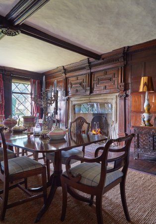 Harlington, UK: Our dining room, the 16th century Great Parlour.