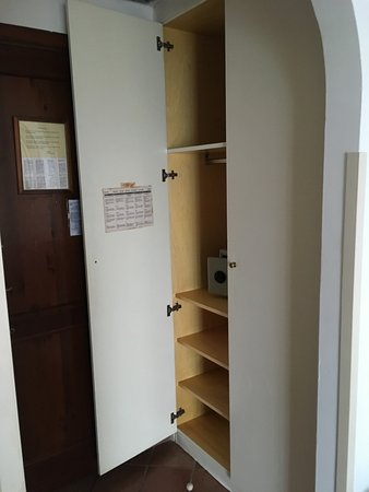 Türen Für Einbauschrank einbauschrank mit 10 unterschiedlichen kleiderbügeln und wackeligen