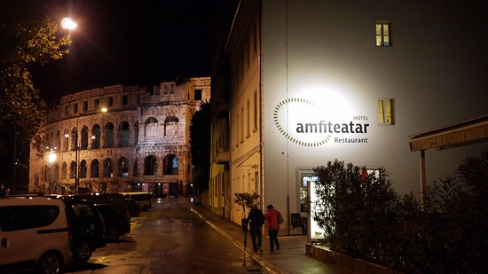 Amfiteatar Hotel: Night view of the hotel, with coliseum in the background