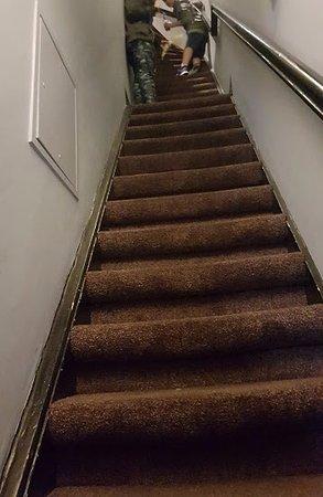 NL Hotel District Leidseplein: Primera parte escalera para llegar al primer piso hay dos tramos mas iguales....