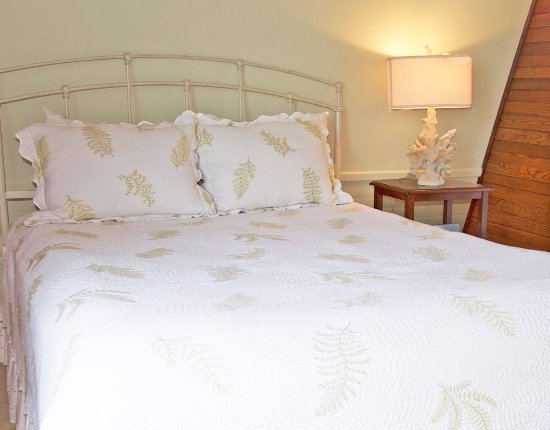 Georgetown, ME: Oak Room; queen bed, bath with shower, no water view