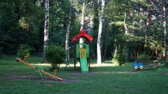 Shipka, Bulgaria: Есть и детская площадка, чтобы детишки побегали