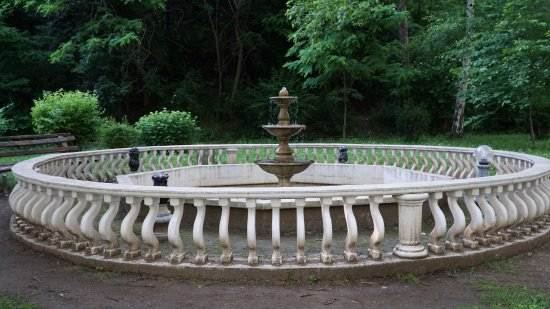 Shipka, Bulgaria: Там же за храмом и фонтан