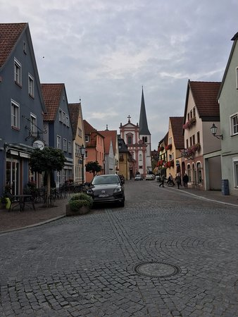 Veitshochheim, Alemania: Nice little town, main hotel building is on the left side.
