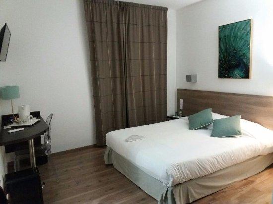 Hotel San Carlu Citadelle: Chambre - sobre et spacieuse