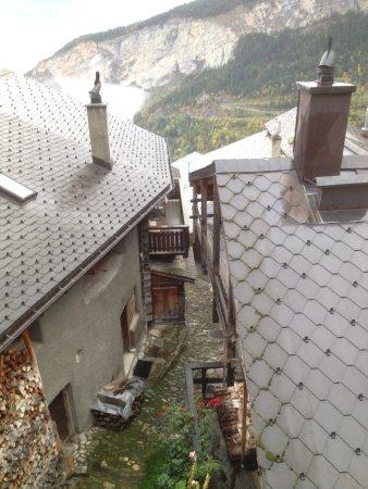 Albinen, Suiza: Coup d'oeil dans la ruelle du village, en face du restaurant