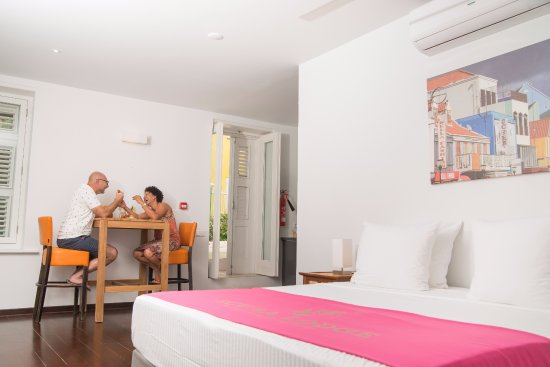 Scuba Lodge & Suites: Dine in the restaurant or prepare your own meal in your room.