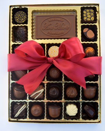 Peterborough, Nueva Hampshire: Chocolate Holiday Box, filled with artisan chocolates and soft center chocolates