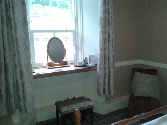 Cairndow Stagecoach Inn: Blick vom Bett zum Fenster (außen Abluft von der Küche)