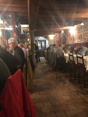 Les Adrets : とても落ち着いたお店です。中間のコース36€前菜とメンイとデザートをチョイスしました。味も美味しくボリュームがありました。前菜はエビとマッシュルームのホワイトクリームソース、口直しのシャーベッ